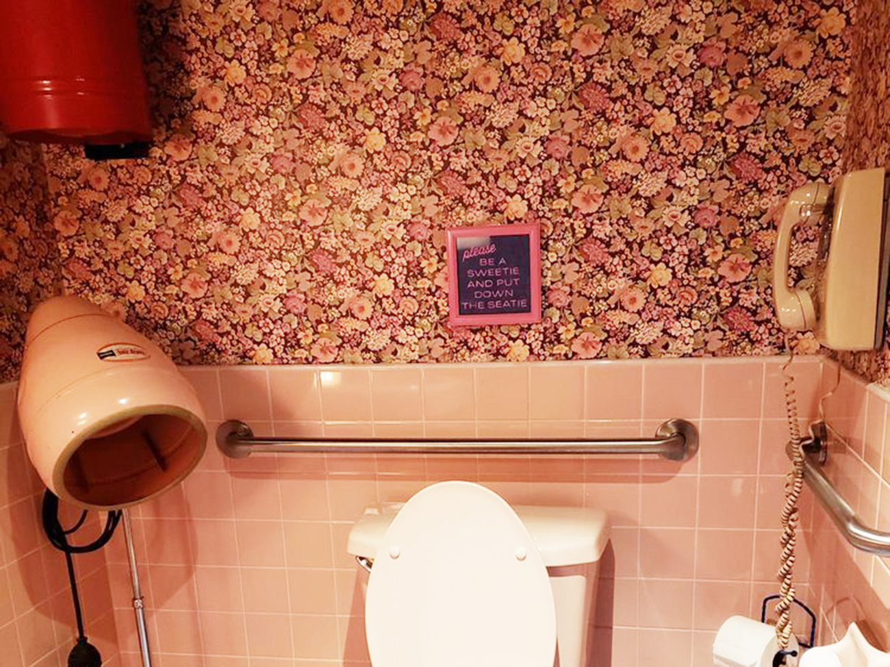 motel morris bathroom selfie